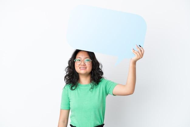 Jonge aziatische vrouw geïsoleerd op een witte achtergrond met een lege tekstballon