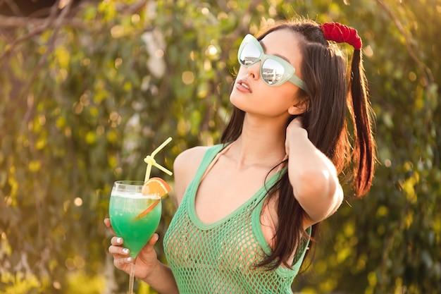 Jonge aziatische vrouw genieten van zonnige dag buiten
