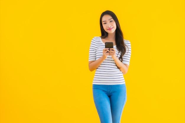 Jonge aziatische vrouw glimlach gelukkig gebruik slimme mobiele telefoon