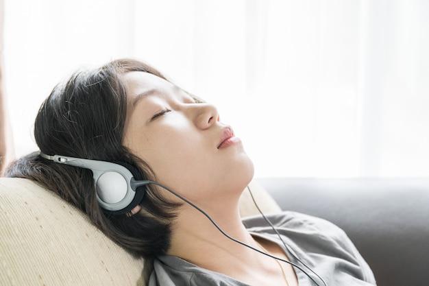 Jonge aziatische vrouw het luisteren muziek