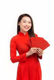 Jonge aziatische vrouw houdt rode enveloppen vast voor nieuw maanjaar