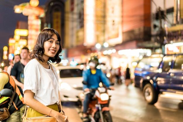 Jonge aziatische vrouw in china town in bangkok, thailand