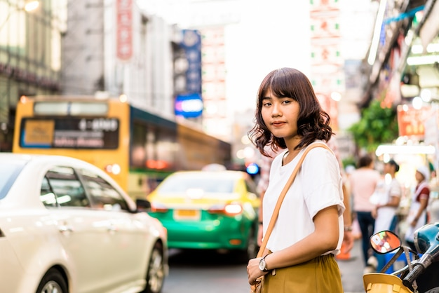 Jonge aziatische vrouw in chinatown in bangkok