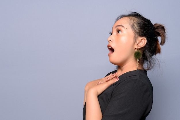 Jonge aziatische vrouw in een zwarte blouse