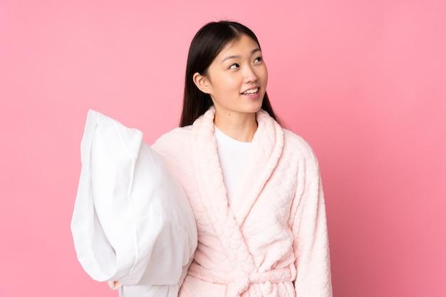 Jonge aziatische vrouw in pyjama's
