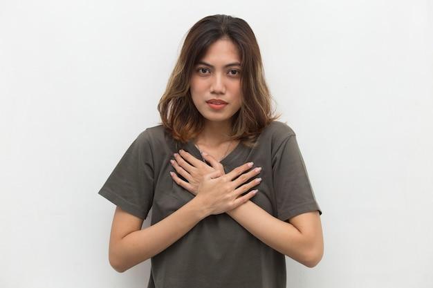 Jonge aziatische vrouw kreeg pijn op de borst