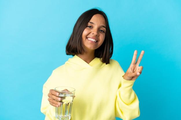 Jonge aziatische vrouw met een glas geïsoleerd water