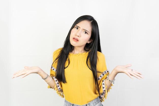 Jonge aziatische vrouw met een verwarde uitdrukking