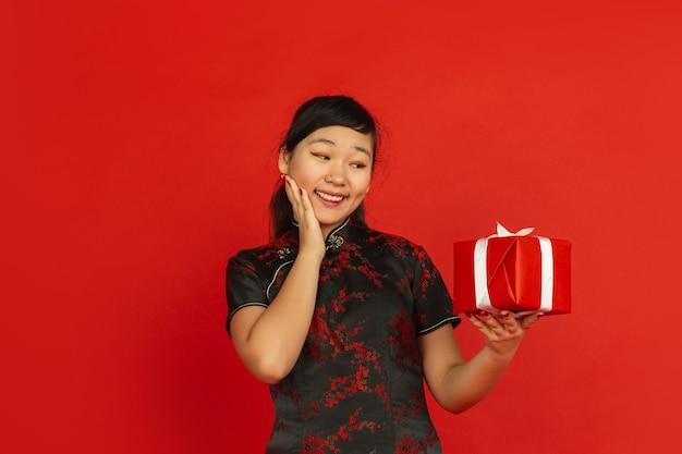 Jonge aziatische vrouw met giftdoos