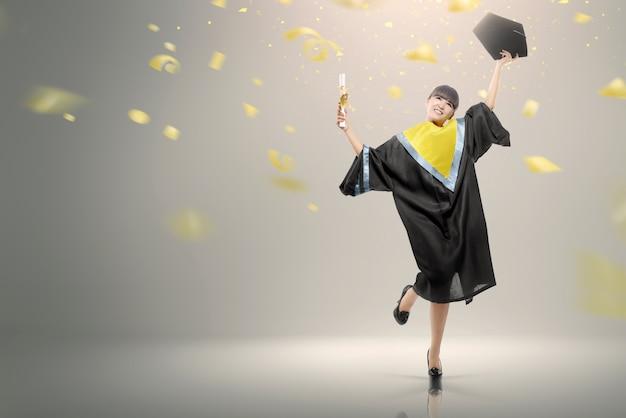 Jonge aziatische vrouw met rol die haar graduatie viert