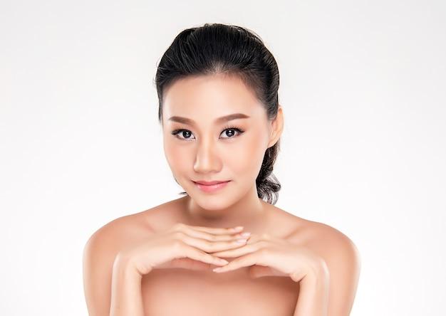 Jonge aziatische vrouw met schone huid van het gezicht.
