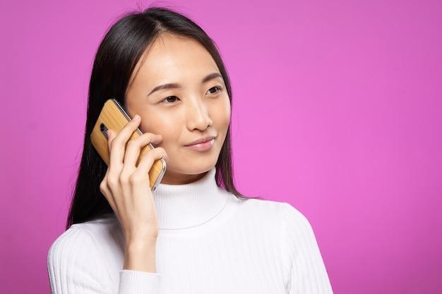 Jonge aziatische vrouw op een blauwe achtergrond poseren, verschillende emoties, mock up