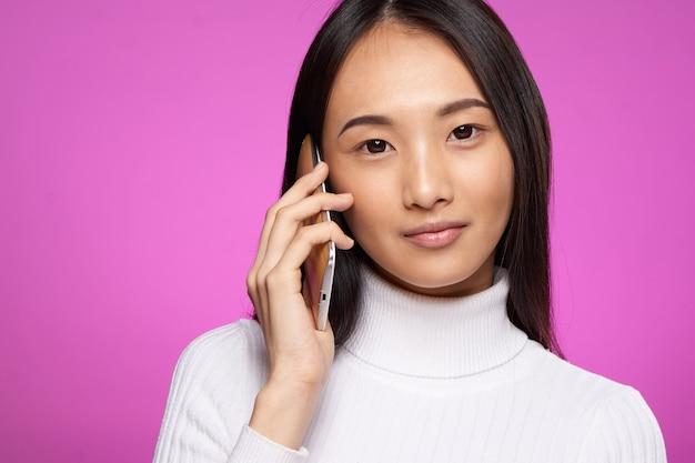 Jonge aziatische vrouw op het blauwe muur stellen, verschillende emoties