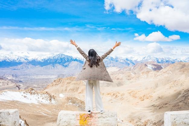 Jonge aziatische vrouw reiziger genieten van het uitzicht op de stad leh ladakh