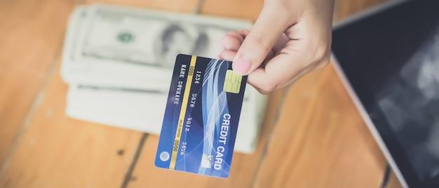 Jonge aziatische vrouw werd besloten om met creditcards te betalen in plaats van contant.