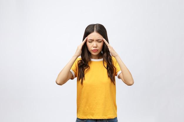 Jonge aziatische vrouw werd ziek en kreeg hoofdpijn