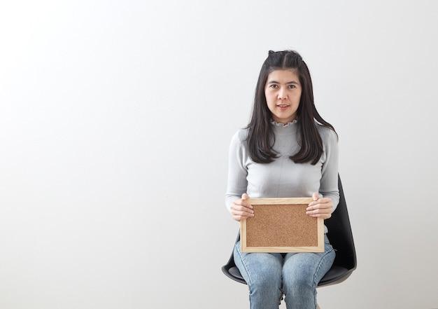 Jonge aziatische vrouw zit stoel