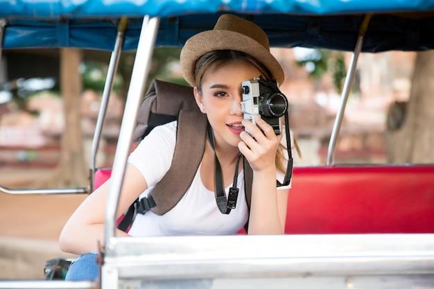 Jonge aziatische vrouwelijke reiziger met rugzak die ayutthaya-provincie, thailand reizen