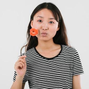 Jonge aziatische vrouwen blazende kussen