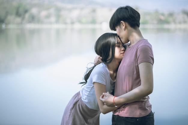 Jonge aziatische vrouwen lgbt lesbische romantische paar zoenen in de ochtend.
