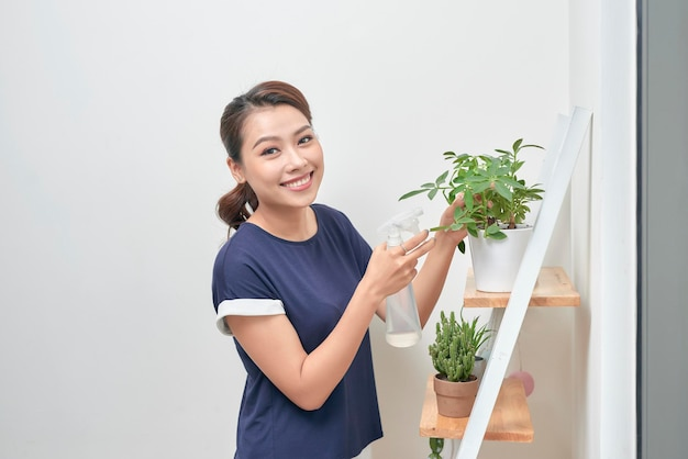 Jonge aziatische vrouwen verhogen het water tot planten