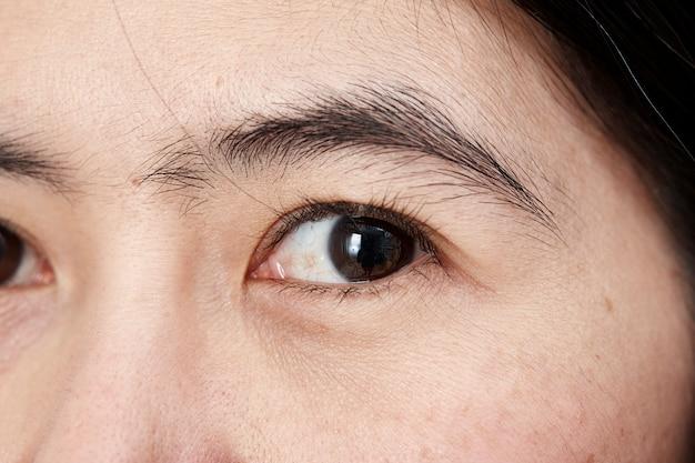 Jonge aziatische vrouwengezicht dicht omhoog