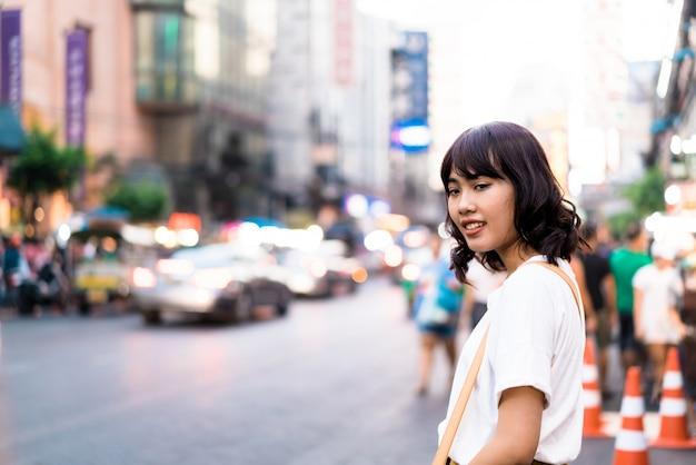 Jonge aziatische vrouwenreiziger in china town in bangkok, thailand