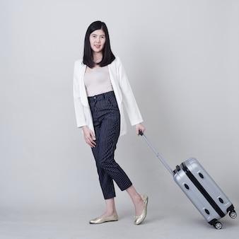 Jonge aziatische vrouwentoerist met bagage om te reizen