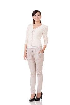 Jonge aziatische zaken vrouw, volledige lengte portret met reflectie op studio witte achtergrond.