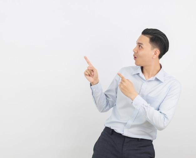 Jonge aziatische zakenman met blauw shirt wijst naar de kant