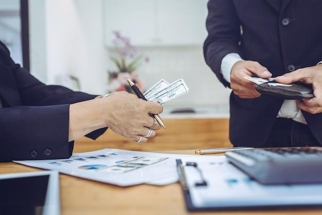 Jonge aziatische zakenman met geldrekening en portefeuille.