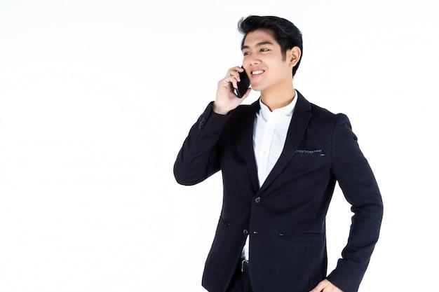 Jonge aziatische zakenmanholding die met laptop computer werkt die op wit wordt geïsoleerd