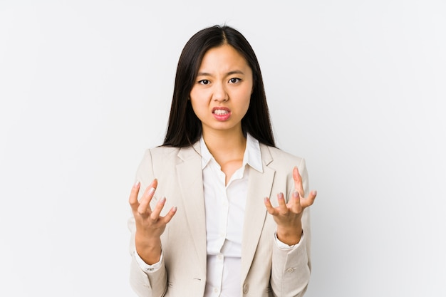 Jonge aziatische zakenvrouw boos schreeuwen met gespannen handen