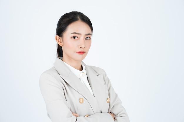 Jonge aziatische zakenvrouw in wit overhemd en beige pak