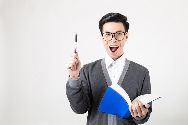 Jonge azië afgestudeerde student met toebehoren van leren. studio die op witte achtergrond is ontsproten. concept voor onderwijs