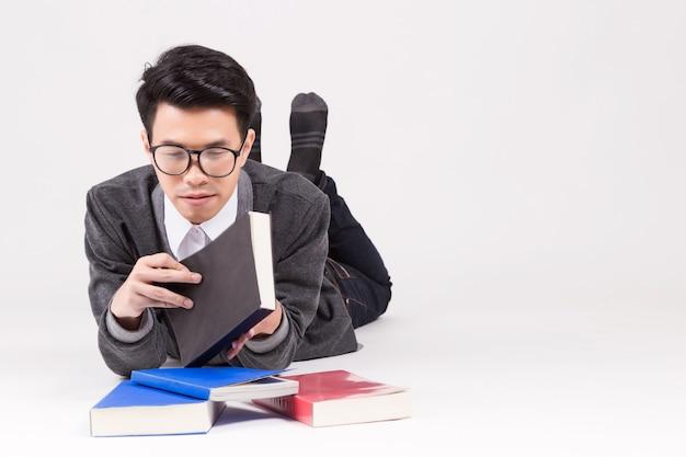 Jonge azië afgestudeerde student met toebehoren van leren.
