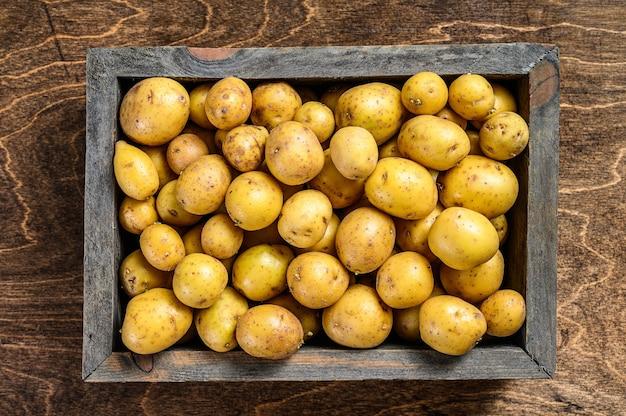 Jonge baby aardappelen in een houten doos
