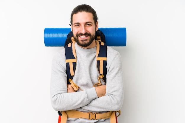 Jonge backpacker man geïsoleerd op wit lachen en plezier maken.