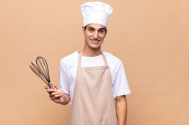 Jonge bakkersman die er blij en aangenaam verrast uitzag, opgewonden met een gefascineerde en geschokte uitdrukking