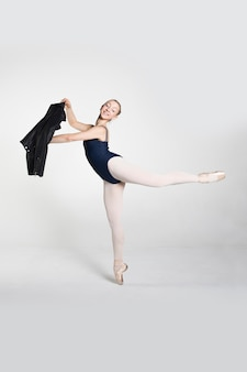 Jonge ballerina die balletbewegingen oefent