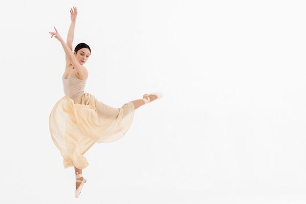 Jonge ballerinavrouw die met gratie danst