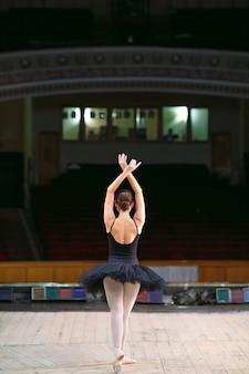 Jonge balletdanser die op stadium presteert.