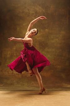 Jonge balletdanser. harmonieuze mooie vrouw met jurk
