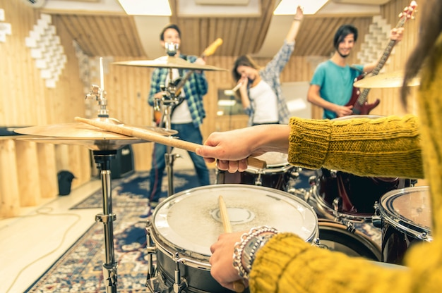 Jonge band muziekopname in een studio.
