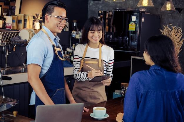 Jonge barista's bestellen bij de balie in het café
