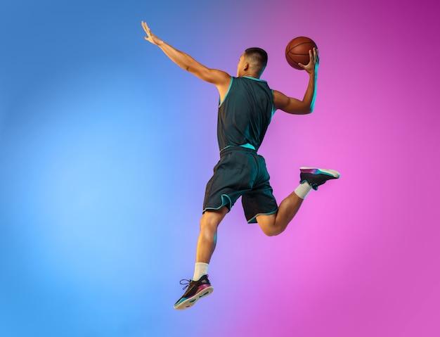 Jonge basketbalspeler in neonlicht