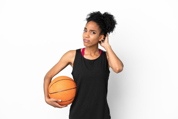Jonge basketbalspeler latijnse vrouw geïsoleerd op een witte achtergrond met twijfels