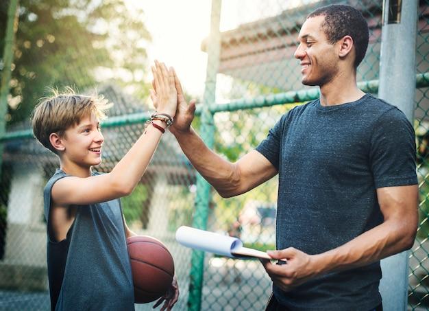 Jonge basketbalspeler schieten