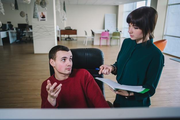 Jonge beambten die projectontwerpers bespreken, werken.