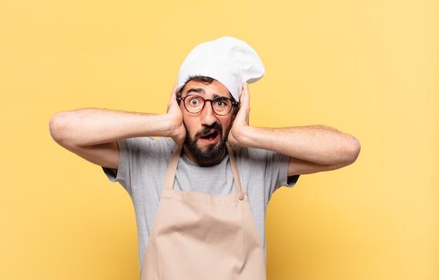 Jonge, bebaarde chef-kok, bange uitdrukking